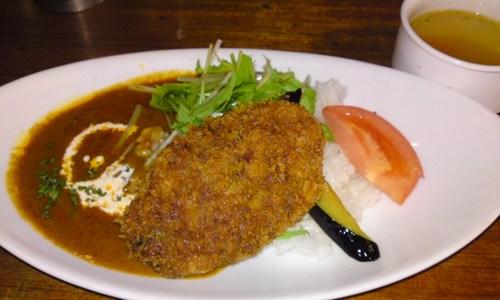 「 オリエンタル カフェ 」 美味しいワンコインランチ 500円のメンチカツ・タイカレー
