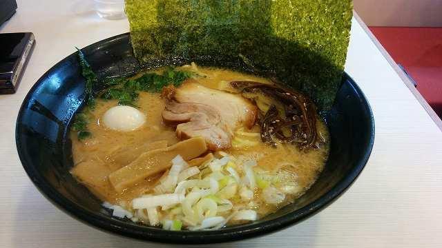 「 ゴル麺 」 醤油豚骨ラーメン 熱々!